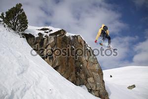 Сноубордист на трамплине