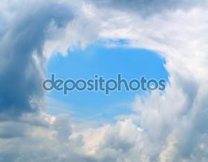 кусок голубого неба в обрамлении облаков