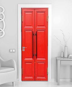 Закрытая красная дверь