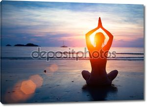 молодая женщина, практикующая йогу