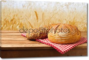 Свежий хлеб на скатерть на старинный деревянный стол