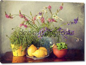 полевые цветы в вазе, травы и лимоны