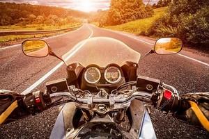 Байкер едет по дороге