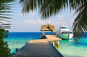Яхты пришвартованы на побережье