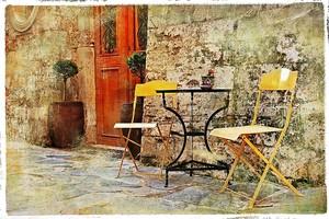 Старая улочка со столиком