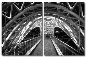 Пешеходный мост. Стальная стеклянная конструкция осветила многочисленные огни. Концепция архитектуры. Мост в Цхинвале. По ночам мерцает кривой стеклянный навес. Современный дизайн моста. Путевые судьбы