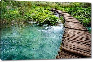 деревянный мост и река