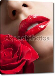 Сексуальная женщина красные губы