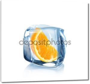 Долька апельсина в кубик льда над белой