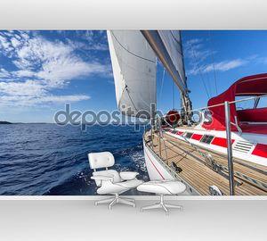 Парусная яхта в синее море