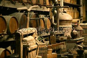 антикварные бутылки с вином.