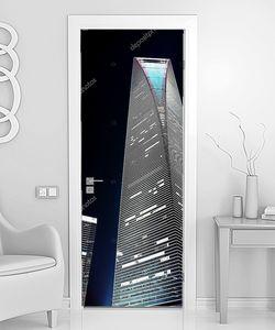 Вертикальный небоскреб в ночное время