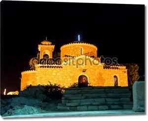 Церковь в ночное освещение на горе