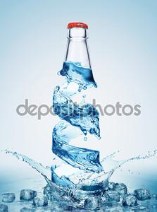 Бутылки в водоворот воды