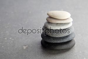 камни на черном фоне