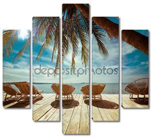тропический пляж с пальмой и стульями для релаксации на woode