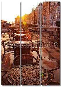 Изображение уличных кафе рано утром