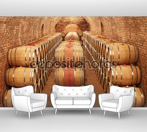 Бочки с вином  рядами в погребе