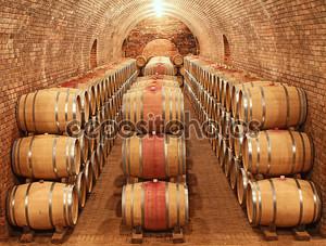 Бочки с вином в погребе