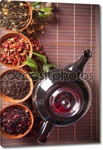 Различные сухой чай в небольшой чаши