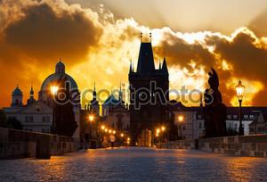 Восход солнца над Прага - посмотрите от Карлова (Карлов)