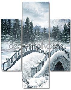 Замерзшее озеро с мостом