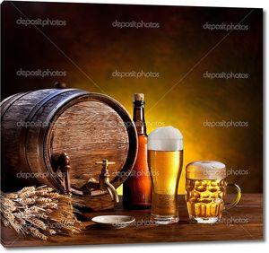 Пивная бочка с пивные бокалы на деревянном столе.