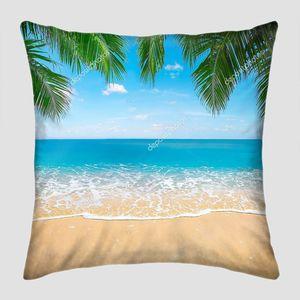 Листья кокосовых пальм над песком