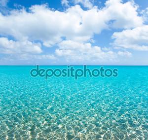 Тропический пляж с белым песком и бирюзовым wate