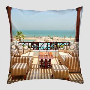 морской террасе с видом на роскошный отель, Рас-Аль-Хайма, ОАЭ
