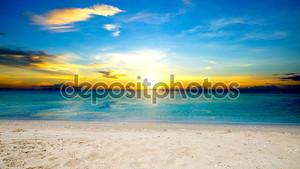 Красивое небо и море с белые облака