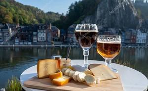 Бокалы с вином на фоне бельгийского аббатства