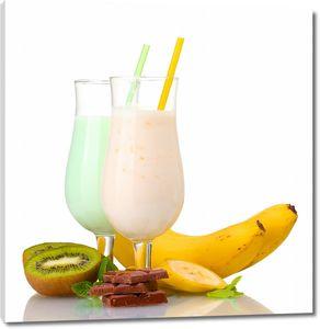 Два молочных коктейля с фруктами