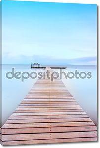 Деревянный пирс в холодной атмосферы. Тосканском побережье.