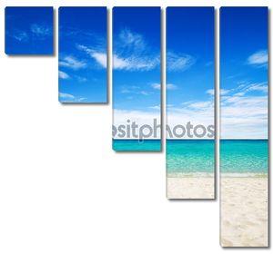 Красивый пляж у море