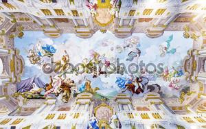 Красивый расписной потолок