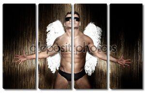 Концептуальное фото красивый, мускулистый мужчина Ангел.