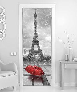 Эйфелева башня в дождь. Фото черно-белые с красным элементом