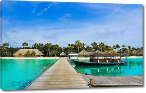 Лодки у причала на тропическом острове