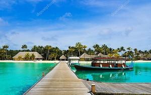Лодке, пришвартованной на тропический остров