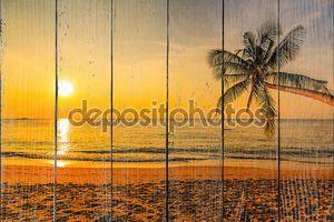 Красивый закат на берегу океана