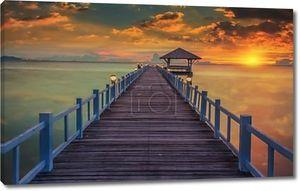 лесистый моста в порту между восход солнца на Паттайя Бич