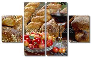 Натюрморт с хлебом, черри и вина на деревянный стол.