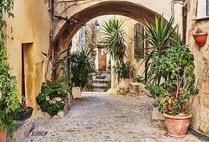 узкая улица с цветами