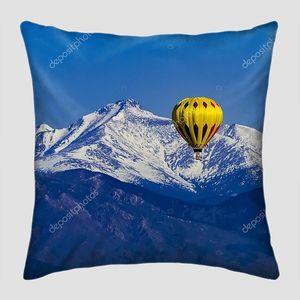 Воздушный шар на фоне снежных вершин