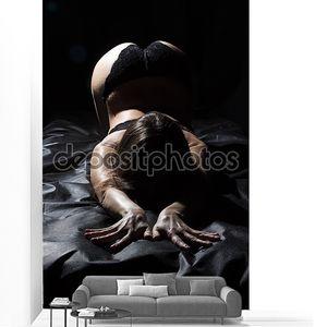 Фотография сексуальной молодой женщины в дамском белье