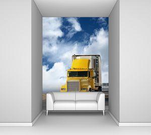большой желтый трейлер на дороге