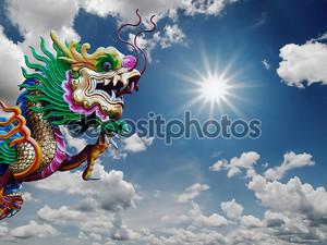 Китайский дракон статуя и солнечным небом
