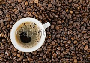 фон из зерен кофе и чашку с кофе, топ vie
