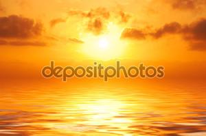 Оранжевый закат в море